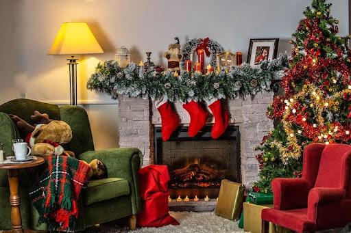 Kerst: het kan voor veel mensen niet snel genoeg komen. Als het eenmaal december wordt, begint het bij velen al een beetje te kriebelen. December is dan ook dé maand om al jouw kerstversiering in huis te halen. Maar waar moet je allemaal aan denken als je jouw huis in de kerststemming wilt brengen? Wij geven je in dit artikel wat handige tips, zodat je jouw huis in de decembermaand helemaal kerstproof kunt maken! Dennen kerstbomen of kerstbomen van hout? Iets dat absoluut bij kerst hoort, is uiteraard een kerstboom. Zorg er dan ook voor dat je deze in je huis hebt staan als kerst eraan zit te komen. Een versierde kerstboom staat enorm leuk in huis en brengt veel extra sfeer mee. Bovendien kun je jouw kerstboom helemaal naar jouw eigen wensen versieren, wat het ook nog eens persoonlijk maakt. Ga je voor een hele drukke kerstboom met alles erop en eraan of houd je het liever wat rustiger? Aan jou de keuze! Heb jij geen zin om continu dennennaalden in huis te vinden? Dan kan het ook een goede keuze zijn om te kiezen voor een houten kerstboom. Kerstbomen van hout als kerstversiering gebruiken is namelijk goed mogelijk. Wat zijn de voordelen van kerstbomen van hout? Maar wat zijn de voordelen van een houten kerstboom? Naast het feit dat het veel sfeer met zich meebrengt en een echte eyecatcher in huis is, is het ook een voordeel dat deze houten boom binnen no time in je huis staat. Dit in tegenstelling tot bijvoorbeeld een dennen kerstboom, die je eerst nog moet optuigen en versieren voordat het helemaal klaar is. Een ander voordeel van een houten kerstboom in huis is dat het tijdloos en modern is. Ook worden deze houten kerstbomen vaak geleverd in een compacte verpakking. Dit is een voordeel, want zo neemt het ook na kerst weinig ruimte in. Op deze manier hoef je dus niet telkens nog de boom in zicht te hebben. Kerstverlichting binnen Om jouw huis klaar te maken voor de aankomende kerstdagen, is ook kerstverlichting natuurlijk essentieel. Het voordeel hieraan is dat er 